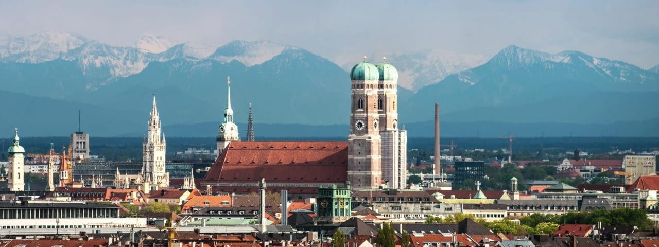 adac autovermietung münchen stadt panorama alpen fotolia 123883373