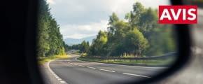 avis auto rückspiegel landschaft bäume hügel gettyimages 604016156