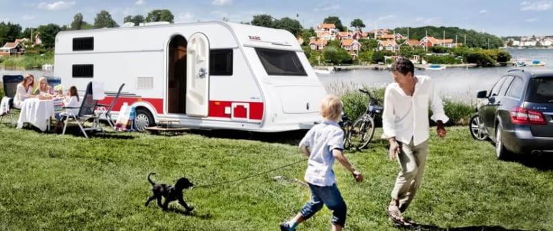 sommer urlaub familie mit hund wohnwagen husvagn