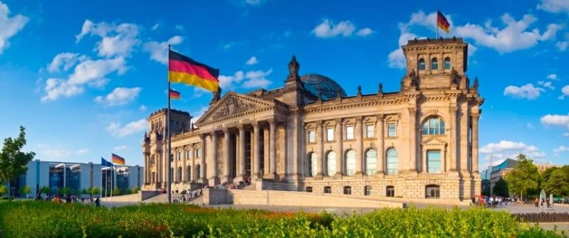 berlin reichstagsgebäude regierung istock 000007491967