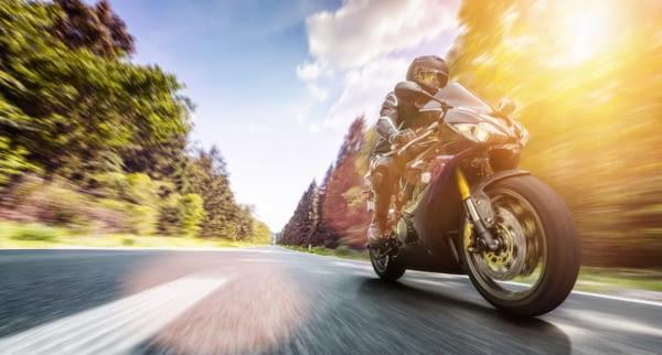 motorrad wald strasse fotolia 213133023
